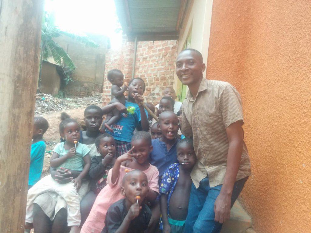 Eine Freude für alle, ein Lutscher von Pastor Asiimwe Tobius